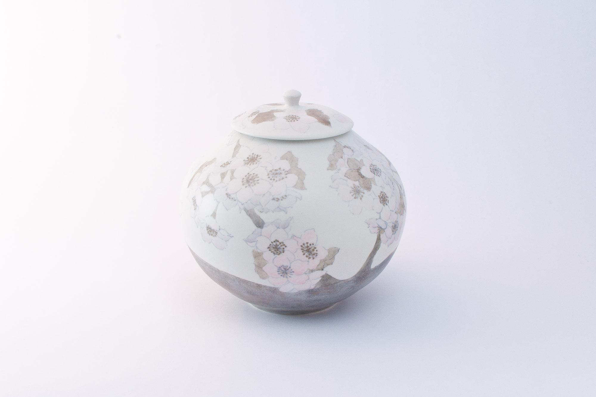 色絵銀彩蓋付壷「春霞の桜」